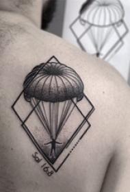 后背纹身男 男生后背上黑色的创意纹身图片