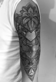老虎图腾纹身 男生大臂上花朵和老虎纹身图片