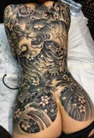 老虎圖騰紋身 女生后背黑色的老虎紋身圖片