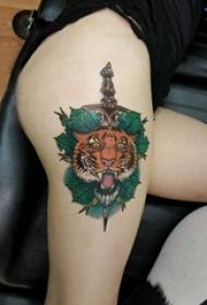 老虎图腾纹身 女生大腿上老虎图腾纹身和匕首纹身图片