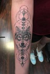 滴血狼头纹身图片 女生手臂上黑色的狼头纹身图片