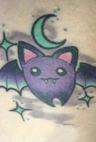 纹身卡通 男生大臂上彩色的卡通蝙蝠纹身图片