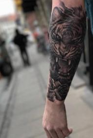 老虎图腾纹身 男生手臂上老虎图腾纹身霸气图片
