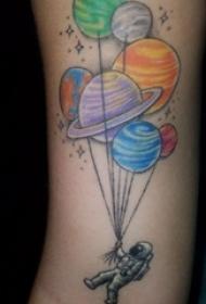 手臂纹身素材 女生手臂上星球和宇航员纹身图片