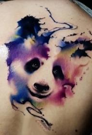纹身后背女 女生后背上彩色的熊猫纹身图片