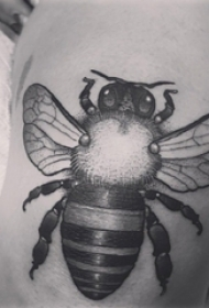 小蜜蜂纹身 男生大腿上黑色的蜜蜂纹身图片