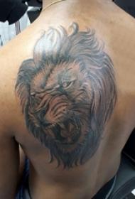 肩膀简约纹身 男生后肩上黑色的狮子纹身图片