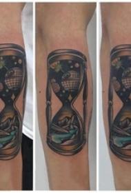 手臂紋身素材 男生手臂上彩色的沙漏紋身圖片