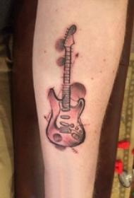 手臂纹身素材 男生手臂上黑灰的吉他纹身图片