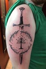 宝剑纹身 男生手臂上黑色的树和宝剑纹身图片