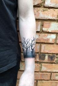 树纹身 男生手臂上树纹身黑灰图片