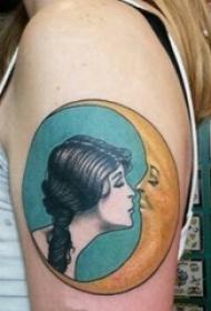 人物肖像纹身 女生大臂上月亮和人物肖像纹身图片