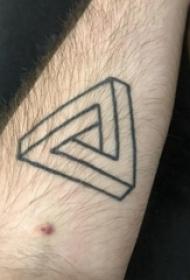 三角形纹身图 男生手臂上黑色的三角形纹身图片