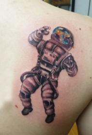 宇航员纹身图案 男生后肩上彩色的宇航员纹身图片