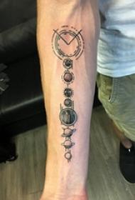 几何元素纹身 男生手臂上黑色的星球纹身图片