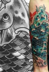 纹身鲤鱼 男生手臂上彩绘纹身鲤鱼图片