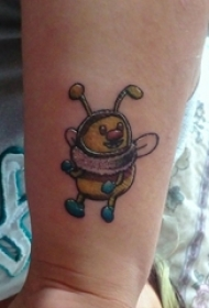 女生纹身手腕 女生手腕上彩色的蜜蜂纹身图片