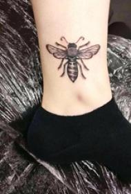 小蜜蜂纹身 女生脚踝上黑色的蜜蜂纹身图片
