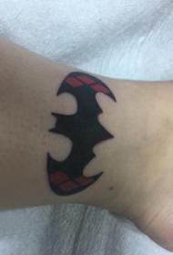 脚踝骨纹身 男生脚踝上彩色的蝙蝠侠标志纹身图片