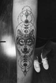 滴血狼头纹身图片 男生手臂上黑色几何狼头纹身图片