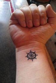 女生纹身手腕 女生手腕上黑色的船舵纹身图片