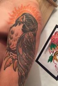 彩色老鹰纹身 男生手臂上彩色老鹰纹身霸气图片