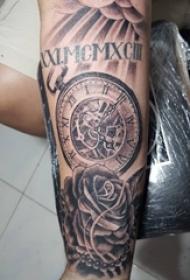手臂纹身素材 男生手臂上花朵和时钟纹身图片