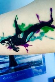 纹身鲸鱼 女生大臂上彩色的鲸鱼纹身图片