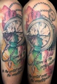 欧美怀表纹身 男生大年夜臂上黑色的怀表纹身图片