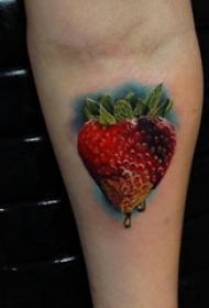 文艺手臂纹身 男生手臂上彩色的草莓纹身图片