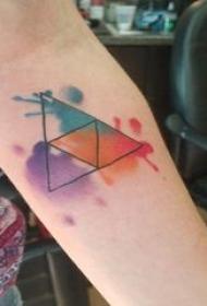 三角形纹身图 女生手臂上彩色的三角形纹身图片
