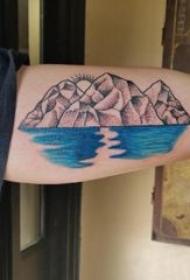 手臂山水纹身 男生手臂上彩色的山水纹身图片