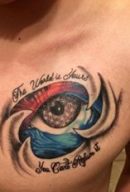 眼睛纹身 男生胸部彩色的眼睛纹身图片