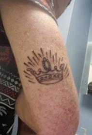 纹身皇冠简单 男生手臂上黑色的皇冠纹身图片