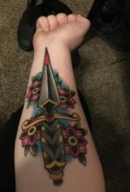 彩绘纹身 女生手臂上花朵和匕首纹身图片