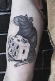 老鼠纹身图 男生手臂上黑色的老鼠纹身图片
