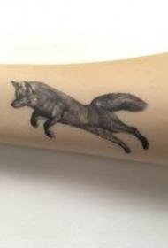九尾狐狸纹身 女生手臂上黑色的狐狸纹身图片