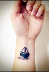 女生纹身手腕 女生手腕上黑色的帆船纹身图片