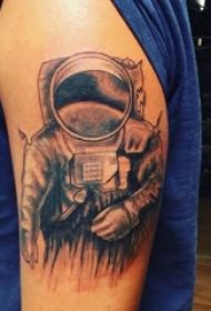 大臂纹身图 男生大臂上黑色的宇航员纹身图片