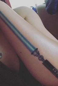 宝剑纹身 女生手臂上彩色的宝剑纹身图片