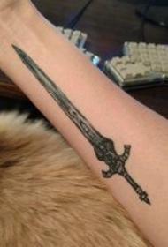 宝剑纹身 男内行臂上黑色的宝剑纹身图片