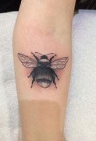 小蜜蜂纹身 女生手臂上小巧的蜜蜂纹身图片