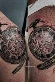 欧美怀表纹身 男生肩部黑色的怀表纹身图片