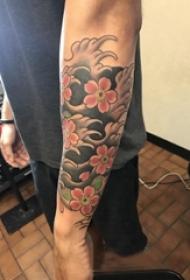 日本纹身 男生手臂上彩色的花朵纹身图片