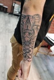 大象纹身 男生手臂上黑色的大象纹身图片