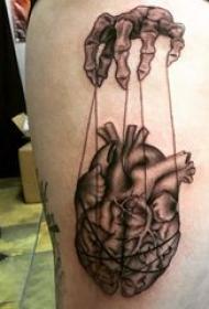 心脏纹身 女生大腿上黑色纹身心脏纹身图片