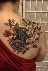花朵纹身 女生背部花朵纹身鸟图案