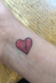 女生纹身手腕 女生手腕上彩色的心形纹身图片