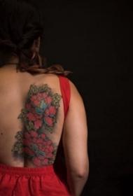 纹身后背女 女生后背上彩色的花朵纹身图片