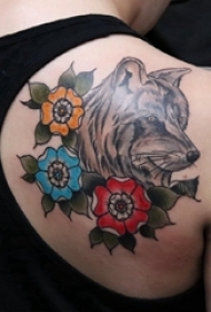 后肩纹身 女生后肩上花朵和狼头纹身图片